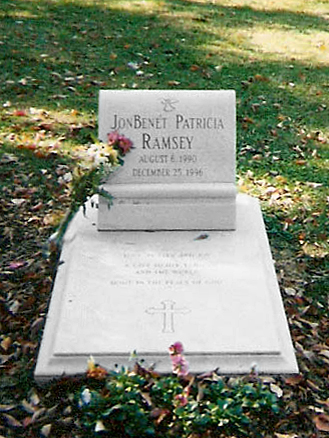 English: JonBenét Ramsey grave at Saint James Episcopal Cemetery in Marietta, Georgia./Español: La tumba de JonBenét Ramsey en el cementerio episcopal Saint James, ubicado en Marieta, Georgia.